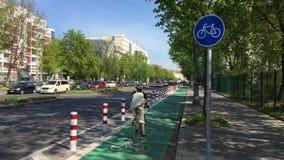 Carril protegido y dedicado de la bici en Berlín - verde con la muestra de la bicicleta almacen de video