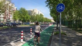 Carril protegido y dedicado de la bici en Berlín - verde con la muestra de la bicicleta almacen de metraje de vídeo