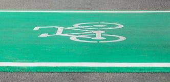 Carril verde de ciclo de la trayectoria con el símbolo de Bikeway Foto de archivo