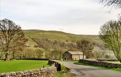 Carril y granero del país en los valles de Yorkshire Foto de archivo