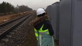 Carriles de comprobación ferroviarios femeninos del ingeniero almacen de video
