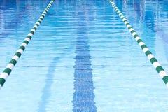 Carriles de la nadada de la piscina Fotos de archivo