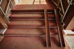 Carriles del metal para las sillas de ruedas en la entrada de la tienda Rampa para la accesibilidad de una persona con incapacida fotografía de archivo libre de regalías