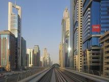 Carriles del metro en Dubai Paisaje urbano fotografía de archivo libre de regalías