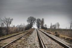 Carriles (dormitorios) en el pasillo ferroviario electrificado Tiempo nublado Gazakh Azerbaijan imágenes de archivo libres de regalías