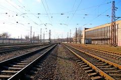 Carriles en el ferrocarril que lleva adelante Imagenes de archivo