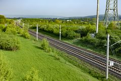 Carriles en el paisaje rural para el tren de alta velocidad alemán E interurbana Imagen de archivo