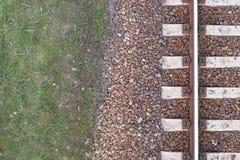 Carriles ferroviarios viejos, textura de las vías del tren, visión superior, fondo Imagen de archivo