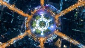Carriles multi de la visión superior de tráfico del círculo del cruce giratorio aéreo del camino 6 en la ciudad en la noche, cami almacen de video
