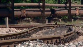 Carriles oxidados en el territorio de la planta metalúrgica Calor del verano y aire de fusión almacen de metraje de vídeo