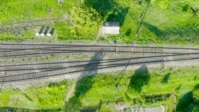 Carriles y durmientes aéreos de las pistas de ferrocarril de la visión superior, varias pistas y semáforos almacen de video