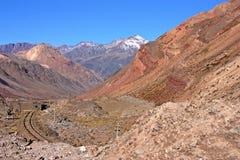 Carriles y tren del t?nel en la cordillera de los Andes foto de archivo