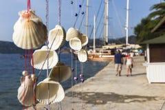 Carrilhão de suspensão das conchas do mar junto em cordas fotos de stock royalty free