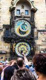 Carrilhões de Praga A torre de pulso de disparo medieval imagem de stock