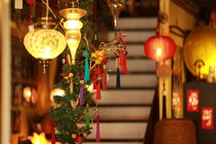 Carrilhões e lanternas coloridos de vento na rua árabe, Singapura Fotografia de Stock