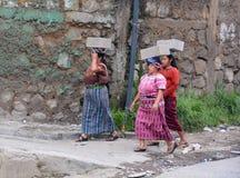 carring具体块的玛雅人妇女 免版税库存照片