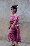 carring具体块的玛雅人妇女 免版税库存图片