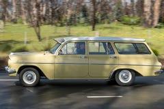 Carrinha do vintage que conduz na estrada secundária Imagem de Stock