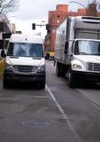 Carrinha e caminhão pequeno do demi para a entrega do limite de cidade Foto de Stock Royalty Free