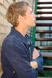 Carrinho à moda novo do homem perto das escadas. Fotos de Stock Royalty Free
