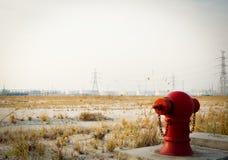 Carrinho da boca de incêndio de incêndio vermelho sozinho Imagem de Stock Royalty Free