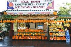 Carrinho da fruta e do sanduíche, Italy do sul foto de stock royalty free