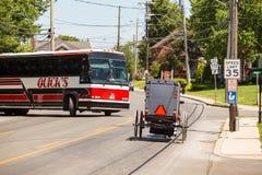 Carrinho de Amish e ônibus de excursão imagens de stock
