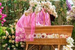 Carrinho de bebê com decoração das flores Imagens de Stock