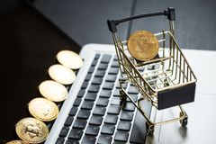 Carrinho de compras com bitcoin no portátil Fotos de Stock Royalty Free
