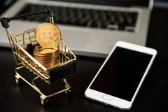 Carrinho de compras com bitcoin no portátil Fotografia de Stock