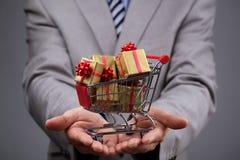 Carrinho de compras com caixa de presente imagens de stock