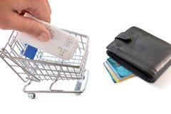 Carrinho de compras com cartões e contas de crédito Imagem de Stock Royalty Free