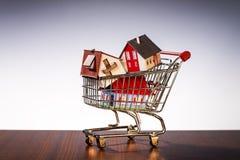 Carrinho de compras com casas imagem de stock royalty free