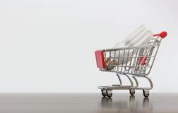 Carrinho de compras com lâmpada da economia Imagens de Stock Royalty Free