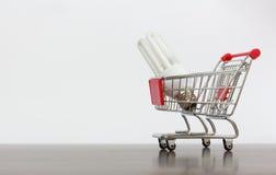 Carrinho de compras com lâmpada da economia Foto de Stock