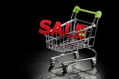 Carrinho de compras com letras da venda Fotografia de Stock Royalty Free