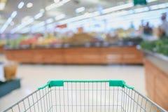 Carrinho de compras com o supermercado com alimentos frescos imagem de stock royalty free