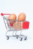 Carrinho de compras com ovos da galinha Fotografia de Stock