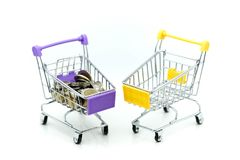 Carrinho de compras com a pilha de moedas, finança c de compra do negócio Imagem de Stock Royalty Free