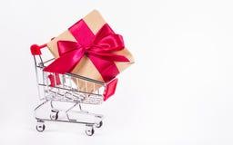 Carrinho de compras com uma grande caixa de presente Discontos e presentes Fotos de Stock Royalty Free