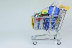 Carrinho de compras completamente de presentes de aniversário para crianças fotografia de stock royalty free