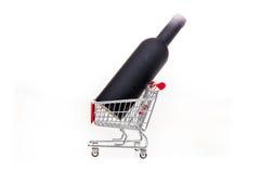 Carrinho de compras conceptual da imagem da loja de vinho com a garrafa de vinho nela Fotos de Stock Royalty Free