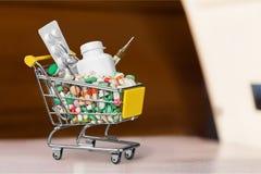Carrinho de compras da medicamentação imagem de stock
