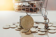 Carrinho de compras e bitcoin, conceito do mercado do cryptocurrency, pagando com bitcoin ou altcoin imagens de stock