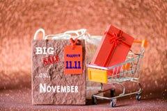 Carrinho de compras e sacos de compras do foco macio mini com etiquetas da etiqueta fotos de stock
