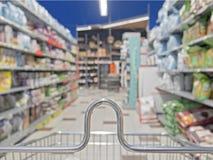 Carrinho de compras em um supermercado Fotos de Stock Royalty Free