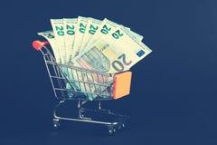 Carrinho de compras enchido com contas de um as vinte Euro Imagens de Stock