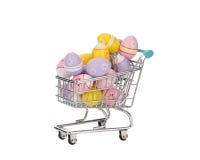 Carrinho de compras enchido com os ovos da páscoa coloridos Foto de Stock Royalty Free