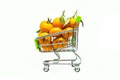 Carrinho de compras pequeno com muitas clementina e tangerinas Imagens de Stock Royalty Free
