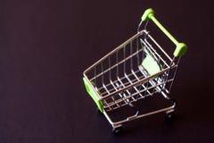Carrinho de compras vazio em um fundo preto O conceito do shoppi Imagem de Stock Royalty Free